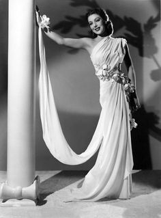 Loretta Young, so beautiful and classy. Hollywood Fashion, Old Hollywood Glam, Golden Age Of Hollywood, Hollywood Stars, Hollywood Actresses, Classic Hollywood, Loretta Young, Divas, 1930s Fashion