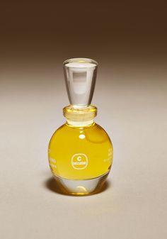 1978 : naissance d'un élixir dans un flacon de verre. Création de l'Aromessence, parfait dosage d'huiles essentielles sur un lit d'huiles végétales.