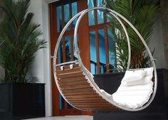 fauteuil suspendu extérieur de design moderne- métal, bois, matelas et coussin blancs https://dormir-confortablement.com/matelas-memoire-de-forme/