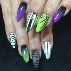 Here are 100 Best Halloween Nail Art ideas. These Scary Halloween Nail designs are spooky yet gorgeous. Diy Nails, Cute Nails, Pretty Nails, Nail Art Stripes, Striped Nails, Halloween Nail Designs, Halloween Nail Art, Scary Halloween, Halloween Ideas