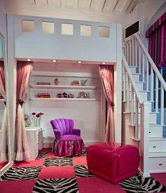 ロフト下は、4つの照明が並び、ちょっとした趣味空間に。ピンクのカーテンも取り付けられているので、秘密の空間にも出来ます。