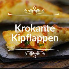 Krokante Kipflappen: Verwijder de korsten van 10 sneetjes witbrood en plet ze met een deegroller. Breng 1 kipfilet op smaak, bak aan twee kanten in een koekenpan en schuif dan 12 minuten in de oven bij 170 °C. Scheur de kipfilet in stukjes in een kom en voeg toe: – 1 el maïs – 3 el roomkaas – 1 el tomatenpuree – 1 tl oregano – 1 el peterselie – Peper en zout naar smaak Meng alle ingrediënten goed door elkaar. Lepel de mix op de sneetjes brood – ongeveer 1 el per sneetje.
