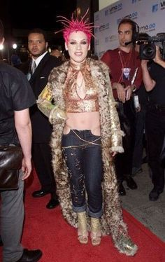 Pink's long furry coat, keyhole crop top, and waistband-altered low-rise jeans. 2000s Fashion Trends, Early 2000s Fashion, Fashion Week 2018, Celebrity Style Casual, Celebrity Outfits, Ugly, Beautiful Celebrities, Celebrities Fashion, Fashion Models