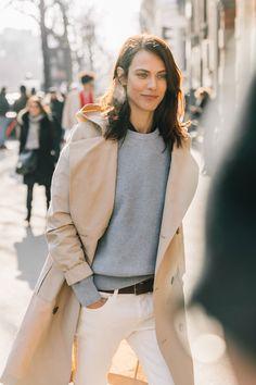 Тренч, белые джинсы, тренды 2018, базовый гардероб в парижском стиле, Виктория Лунина