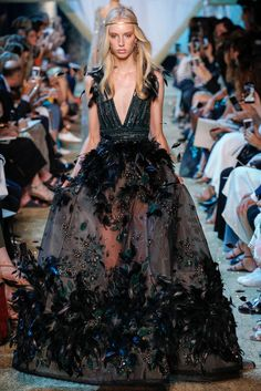 The complete Elie Saab Fall 2017 Couture fashion show now on Vogue Runway. Couture Week, Couture Mode, Style Couture, Couture Fashion, Runway Fashion, Gypsy Fashion, Fashion Goth, Juicy Couture, Paris Fashion