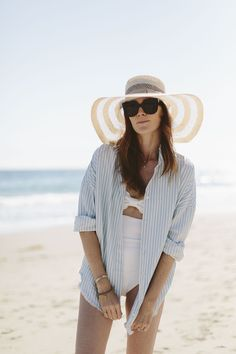Large sun hat and striped top on the beach Estilo De Férias 147c275eb0d