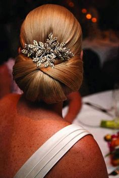 Sleek chignon with hair piece