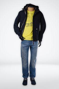 De Ongebonden Man. Hij gaat en staat waar hij maar wilt, de ongebonden man is zo vrij als een vogel. Hij draagt een modieuze maar ow zo comfortabele outfit met voldoende bewegingsvrijheid. Met zijn Duck and Cover jas wordt bij beschermd tegen weer en wind. Het fris gele shirt van Vanguard heeft een trendy opdruk dat gemakkelijk te combineren is met een comfortabele jeans.