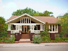 We cruise through one of our favorite Craftsman bungalow hoods in Houston, searching for curb appeal ideas to steal.