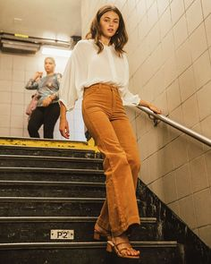 High waisted corduroy flares from Rolla's with a fitted, flattering top and spade-shaped pockets with stitched detailing on the back. Slash pockets at hip. 70s Inspired Fashion, 70s Fashion, Autumn Fashion, Fashion Outfits, Womens Fashion, Swag Fashion, Fashion Pants, 70s Inspired Outfits, Mode Outfits
