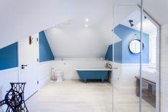 Salle de bain en bleu et blanc