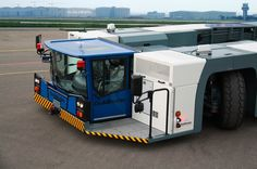 Kommandostand: Die Fahrerkabine des Flugzeugschleppers lässt sich rund einen...