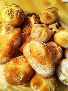 Brötchen aus dem 5-Minuten-Brot-Teig - einfach, schnell und verdammt lecker. Mit langer, kalter Teigführung. Ideale Sonntagsbrötchen.