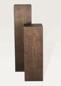 Bloempotten en zuilen Stijlvolle zuilen in erg donker hout