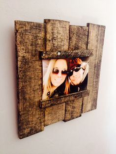 Wood Pallet Projects Read on to find 10 effortless DIY picture frame ideas . Barn Wood Projects, Reclaimed Wood Projects, Pallet Projects, Woodworking Projects, Crafty Projects, Pallet Picture Frames, Pallet Pictures, Picture On Wood, Decorate Picture Frames