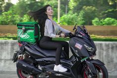 "Tawinun Phoemphun (𝗣𝗲𝗮𝗿)🍐 di Instagram ""สั่งแกรปได้นะค๊าา เดี๋ยวไปส่งหน้าบ้าน 😂 #grabfood #แพรr1 #pearr1 #xmax300 #thailand"""