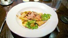 Torniamo in Emilia, a Soragna, Parma, con la ricetta di un'osteria storica :pappardelle alla pasta di salame fresco e fonduta di Parmigiano. Un piatto goloso e abbastanza semplice, che punta sul contrasto dolce salato tra il sugo e la fonduta, adagiata sul fondo.  #ricetta #parma #ricettefacili  http://winedharma.com/it/dharmag/dicembre-2013/le-grandi-ricette-della-cucina-emiliana-pappardelle-alla-pasta-di-salame-fresc