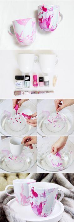 Tassen marmorieren mit Nagellack - Die einfache DIY Anleitung für die Nagellack Marmor Technik findest du auf meinem Blog! (Diy Geschenke Kerze)