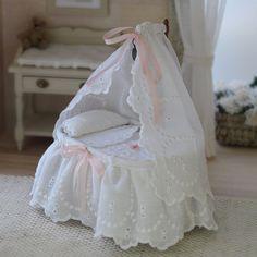 Cuna de bebé en miniatura escala 1:12. ÚNICA