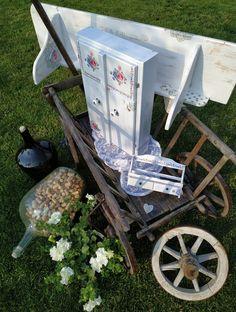 Police, skříňka na kořenky anebo lékárnička a malá polička na kořenky. Renovace. Rustikální venkovský styl. Květinové motivy, 3D efekty.