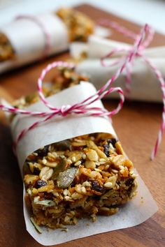 You can nevergo wrong with apricots andalmonds! This is a flavourful and portable treat. It is a great snack providing you with a lot of energy! These Apricot Almond Mysli Bars are so good for work, gym, uni and on the go. I used gluten-free oats to make it eatable for celiac. The in