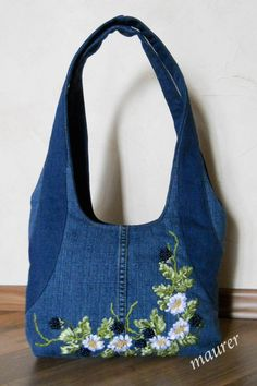 "Képtalálat a következőre: ""diy jeans bag"" Jean Purses, Purses And Bags, Sacs Tote Bags, Diy Sac, Denim Handbags, Denim Purse, Denim Bags From Jeans, Diy Old Jeans, Embroidery Bags"