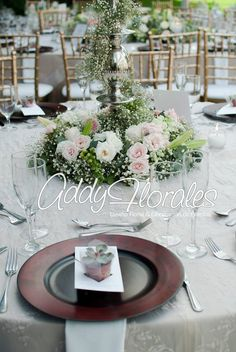 Succulents as party favors and wooden charge plates. Estuardo & Denise's Wedding in Guatemala. Different styles of floral centerpieces.   Wedding Planner: Dream Events Decoration: Addy Florales