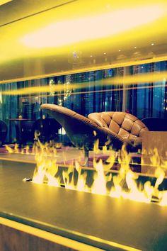 Mit einem kleinen Trick flackert dieses Feuer ganz friedlich vor sich hin, ohne jemals heiß zu werden! Die Zauberwörter? Wasserdampf und Licht! Zu bestaunen im Ritzenhof'****S im SalzburgerLand. Design Hotel, Hotels, Spa, Marina Bay Sands, Opera House, Modern, Building, Travel, Fire