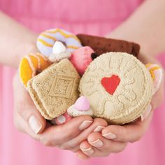 How to make a Jammie Dodger Take time out with a cuppa and your felt stash to bake up a lifelike biscuit from Mollie Makes magazine. You'll never be able to stop at one Would like to make as cushions perhaps? Felt Diy, Felt Crafts, Diy Crafts, Mollie Makes, Craft Tutorials, Craft Projects, Sewing Projects, Jammy Dodgers, Felt Play Food