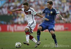 サッカーW杯ブラジル大会(2014 World Cup)決勝、ドイツ対アルゼンチン。アルゼンチンのルーカス・ビリア(Lucas Biglia、右)とボールを競るドイツのメスト・エジル(Mesut Ozil、2014年7月13日撮影)。(c)AFP/ADRIAN DENNIS ▼14Jul2014AFP|ドイツが延長制し4度目のW杯制覇、ゲッツェが決勝点 http://www.afpbb.com/articles/-/3020416 #Brazil2014 #Germany_Argentina_final