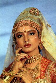 Vintage Bollywood, Indian Bollywood, Bollywood Stars, Actress Aishwarya Rai, Bollywood Actress, Indian Designer Outfits, Indian Outfits, Indian Film Actress, Indian Actresses