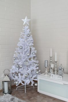 Lightly decorated White Christmas Tree   Kotiovella: Valkoinen joulukuusi ♥ Christmas Living Rooms, Christmas Themes, Holiday Decor, White Christmas, Xmas, Gifts For Cooks, Inspiration, Monkey, Trees