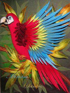 Tela pintada e decorada com folhas e arara em eva