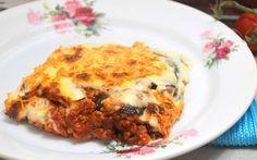 Dit heerlijke ovengerecht van laagjes gehakt, aubergine en romige bechamelsaus tref je in vrijwel ieder Grieks restaurant op de menukaart aan: moussaka!