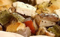 Κοτόπουλο με τυριά και λαχανικά στη λαδόκολλα - iCookGreek Feta, Food And Drink, Dairy, Cheese, Chicken, Recipes, Greek, Ripped Recipes