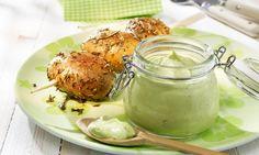 Kartoffelspieße mit Avocado-Basilikum-Dip Rezept: Sommerliche Pellkartoffeln aus dem Ofen oder vom Grill - Eins von 5.000 leckeren, gelingsicheren Rezepten von Dr. Oetker!