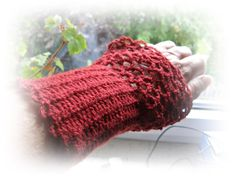 New Collection:    Crocheted gloves in cherry with walnutbuttons. Spice up any outfit.  Made from 100% wool    Arm circumference: 20 cm  Length: