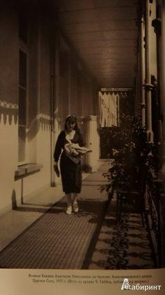 Grand Duchess Anastasia on the balcony: c. 1915.