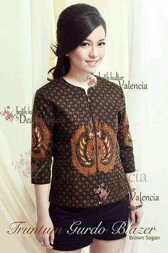 Don't fancy the batik-shorts ensamble but the top is FANCY! Batik Blazer, Blouse Batik, Batik Dress, Batik Fashion, Ethnic Fashion, Valencia, Batik Solo, Batik Kebaya, Sewing Clothes Women