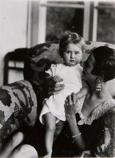 Berenice Abbott - Peggy Guggenheim and daughter Pegeen (1926)