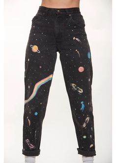 All Across the Universe Jeans – Retro and Groovy - painting beginners Painted Jeans, Painted Clothes, Hand Painted, Diy Clothes Paint, Diy Jeans, Diy Clothing, Custom Clothes, Denim Kunst, Jean Diy