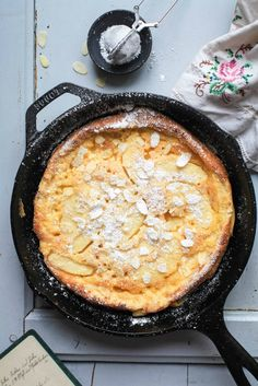 Rezept für Dutch Baby mit Äpfeln / puffed pancake Apple pancake from the oven – puffed apple pancake – dutch baby recipe Recipe Dutch Recipes, Apple Recipes, Sweet Recipes, Baking Recipes, German Recipes, Breakfast Time, Breakfast Recipes, Breakfast Buffet, Fudge Caramel