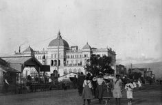 Περίπατος στο Φάληρο. Αριστερά δεσπόζει το ξενοδοχείο «Ακταίον». Αρχές 20ου αιώνα