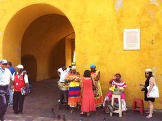 Paseando por la bella Cartagena de Indias, antigua Kalamary. Agrotravel Turismo Responsable en breve te llevará a este y otros maravillosos rincones de Colombia.... http://www.turismoresponsable.es Cartagena de Indias en Bolívar