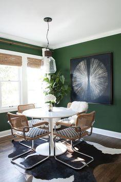 Les murs de la salle à manger peints en vert forêt sont l'une des caractéristiques principales, et sans doute la plus remarquable, de cette maison de l'Ohio, qui appartient à Sarah Gibson, du blog Room for tuesday. Cette couleur bien particulière se retrouve...