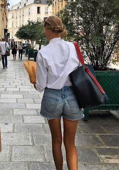 A Stylish Way to Wear Cut-Off Denim Shorts Amalie Moosgaard Neilsen Instagra Mode Outfits, Casual Outfits, Fashion Outfits, Womens Fashion, Fashion Tips, Fashion Hacks, Petite Outfits, Winter Outfits, Fashion Trends