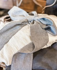 Beautiful layers of linen all tied up with a bow 🖤