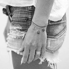 """Mi piace"": 8,289, commenti: 46 - Tatuagens 🇧🇷 Tattoos 1,7m (@tatuagensfemininas) su Instagram: ""Bracelete ⚓️🐚💎 Linhas finas/ Fine lines • Tattoo Artist: 💉@inktracetattoo • ℐnspiração ✩…"""