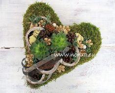 Moha szív kövirózsával és termésekkel díszítve Floral Wreath, Wreaths, Home Decor, Grief, Floral Crown, Decoration Home, Door Wreaths, Room Decor, Deco Mesh Wreaths