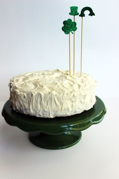 ¡Me encantan los adornos de esta tarta para San Patricio! / I love the decorations on this St, Patrick's Day cake!